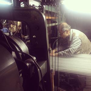 加地金襴工場での作業風景